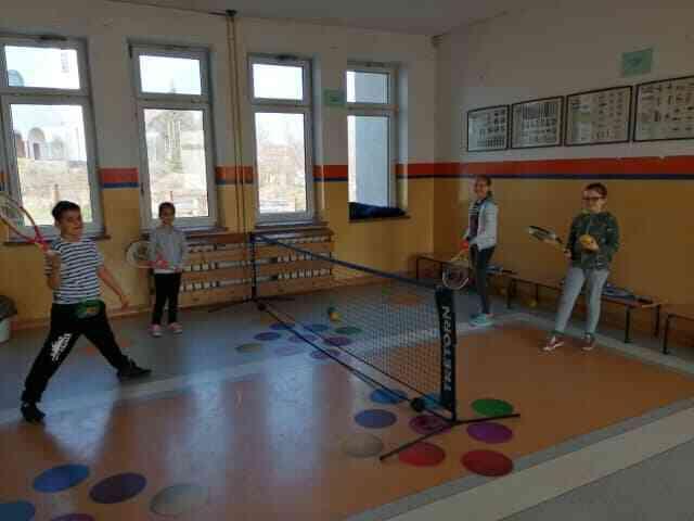 uczniowie grają w gry korytarzowe