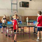 uczniowie grają w tenisa stołowego