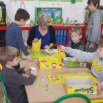 dzieci w szkolnej świetlicy